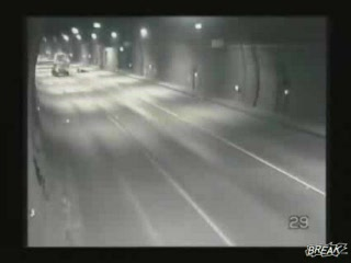 Videos accidentes de trafico | Ambulancia pierde paciente en un tunel
